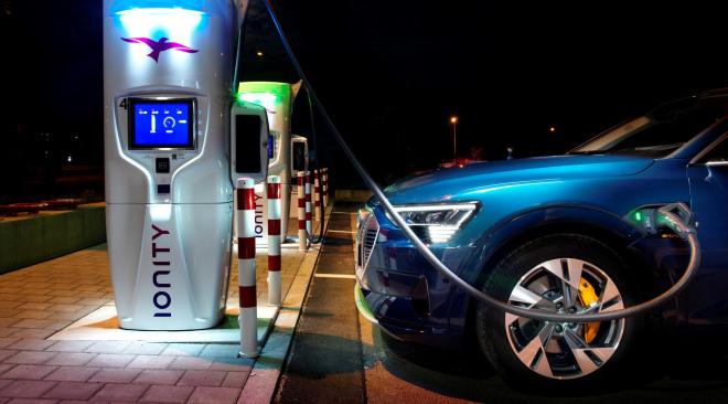 Laden met Audi e-tron (3) hoofdbeeld