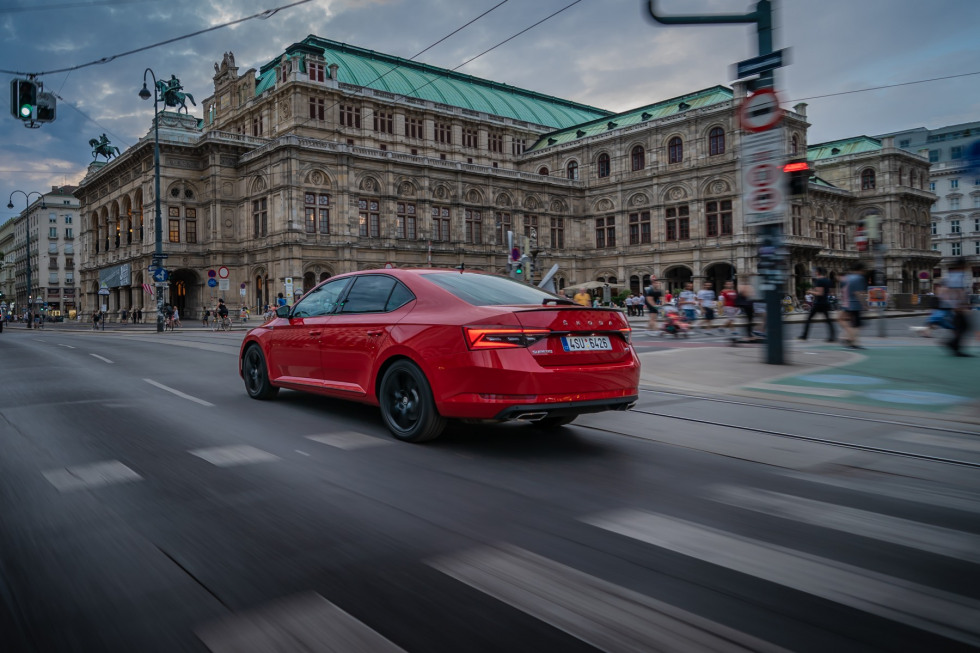 https://amvsekofyo.cloudimg.io/crop/980x653/n/https://s3.eu-central-1.amazonaws.com/century-nl/08/201909-skoda-superb-hatchback-21.jpg?v=1-0